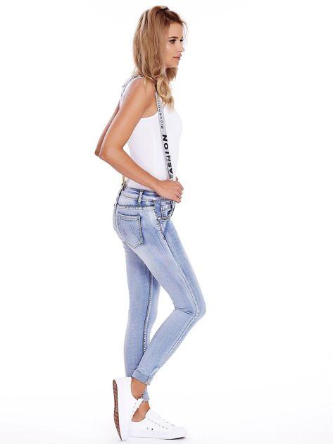 Niebieskie jeansy z szelkami                              zdj.                              3