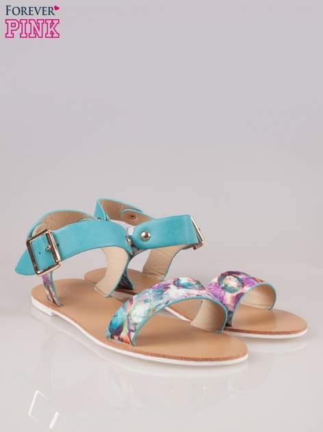 Niebieskie kwiatowe płaskie sandały z klamerką                                  zdj.                                  2