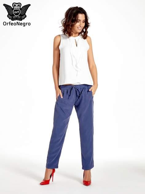 Niebieskie lejące spodnie wiązane w pasie                                  zdj.                                  8