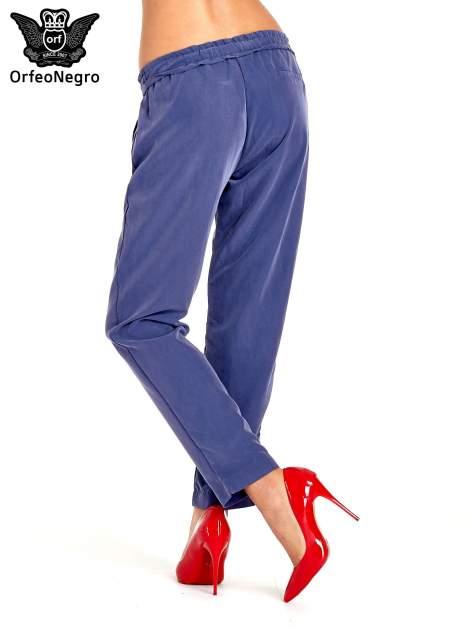 Niebieskie lejące spodnie wiązane w pasie                                  zdj.                                  2
