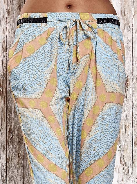 Niebieskie lejące spodnie z artystycznym nadrukiem                                  zdj.                                  4