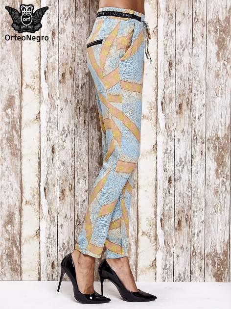 Niebieskie lejące spodnie z artystycznym nadrukiem                                  zdj.                                  3