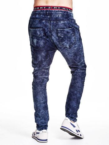 Niebieskie marmurkowe spodnie jeansowe męskie z przeszyciami                                   zdj.                                  2
