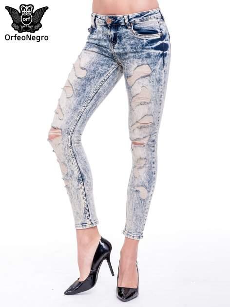 Niebieskie marmurkowe spodnie jeansowe z przetarciami                                  zdj.                                  1