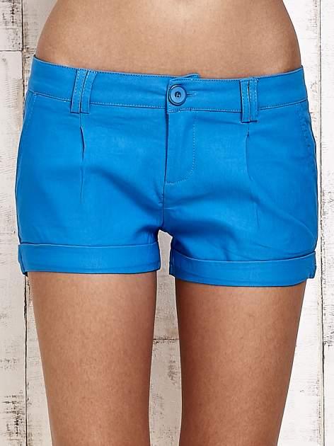 Niebieskie materiałowe szorty z podwijaną nogawką                                  zdj.                                  1