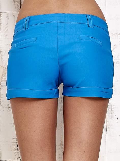 Niebieskie materiałowe szorty z podwijaną nogawką                                  zdj.                                  6