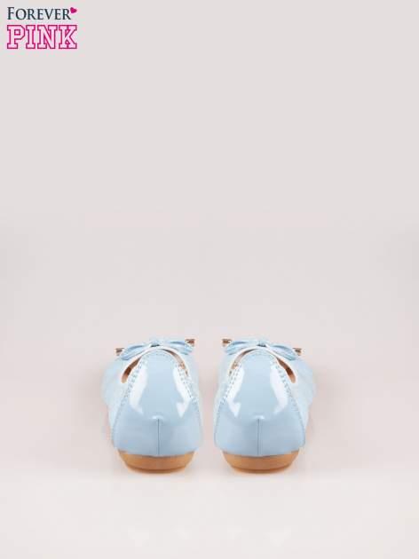 Niebieskie pikowane baleriny na gumkę z lakierowanym noskiem                                  zdj.                                  3