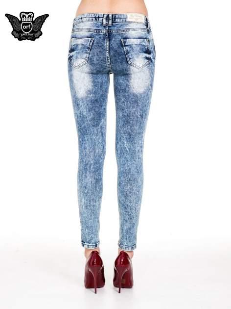 Niebieskie rurki jeansowe marmurki z fantazyjnymi rozdarciami                              zdj.                              5