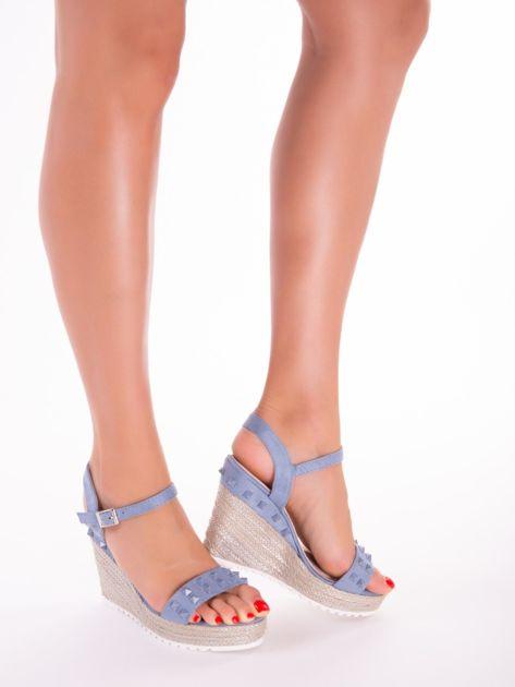 Niebieskie sandały na metalicznych koturnach z ćwiekami na przodzie                              zdj.                              1