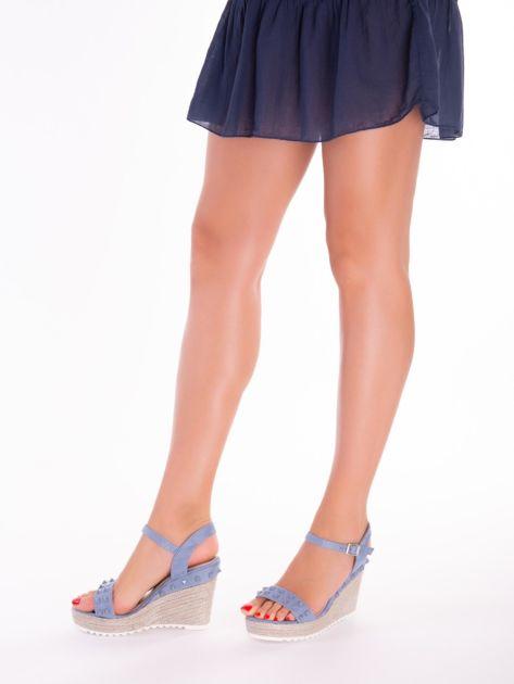 Niebieskie sandały na metalicznych koturnach z ćwiekami na przodzie                              zdj.                              2