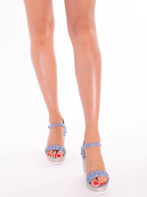 Niebieskie sandały na metalicznych koturnach z ćwiekami na przodzie                              zdj.                              3