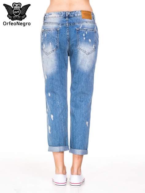 Niebieskie spodnie boyfriend jeans z przetarciami i podwijaną nogawką                                  zdj.                                  4