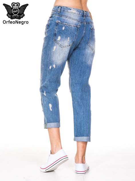 Niebieskie spodnie boyfriend jeans z przetarciami i podwijaną nogawką                                  zdj.                                  5