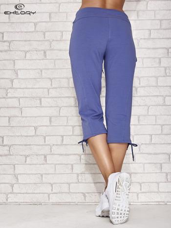 Niebieskie spodnie dresowe capri z kieszonką                                  zdj.                                  3