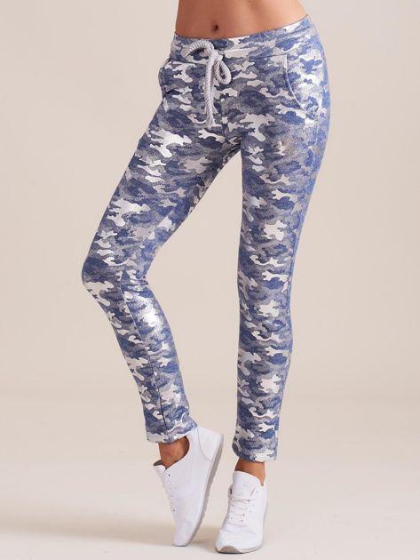 Niebieskie spodnie dresowe ze srebrnym printem                              zdj.                              1