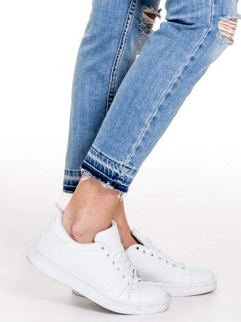 Niebieskie spodnie girlfriend jeans typu cut out                                  zdj.                                  7