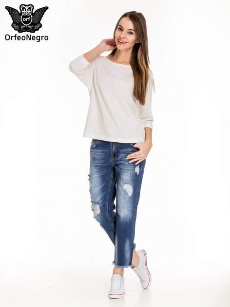 Niebieskie spodnie girlfriend jeans z poszarpaną na dole nogawką                                  zdj.                                  2
