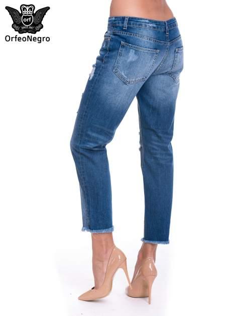 Niebieskie spodnie girlfriend jeans z poszarpaną na dole nogawką                                  zdj.                                  5