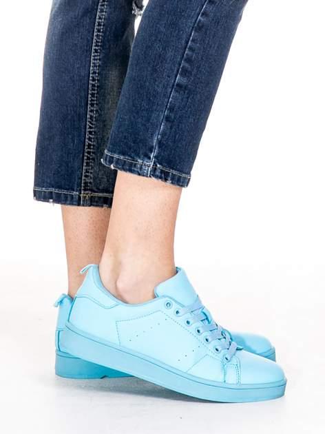 Niebieskie spodnie girlfriend jeans z rozjaśnianą nogawką i dziurami                                  zdj.                                  7