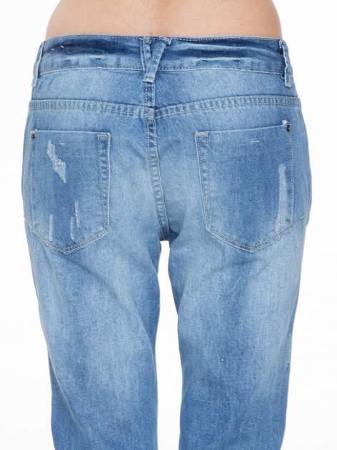 Niebieskie spodnie jeansowe boyfriendy z przetarciami                                  zdj.                                  5
