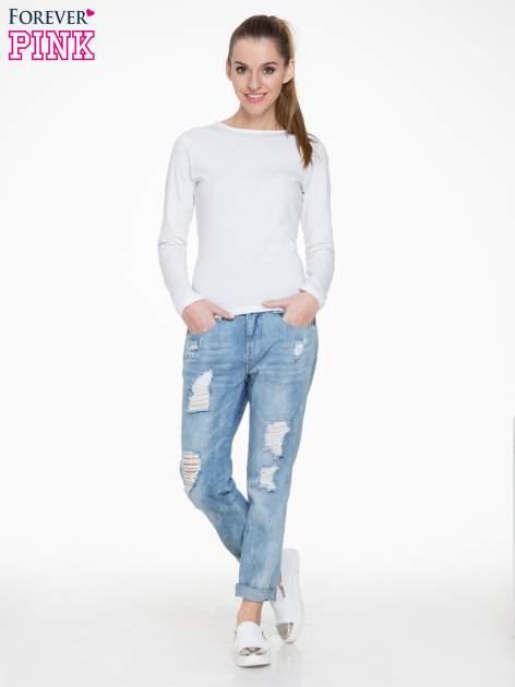 Niebieskie spodnie jeansowe boyfriendy z przetarciami                                  zdj.                                  2