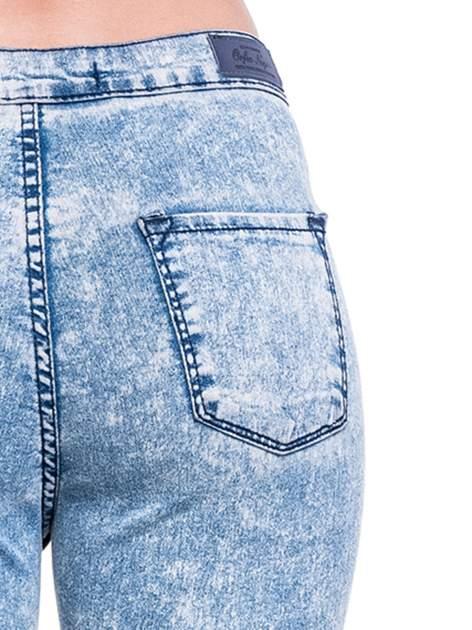 Niebieskie spodnie jeansowe marmurki z wysokim stanem                                  zdj.                                  8