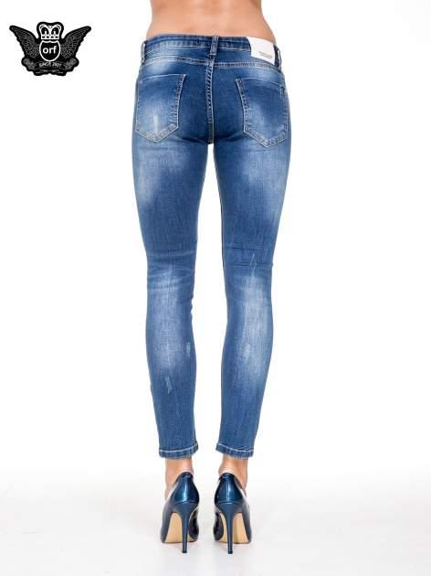 Niebieskie spodnie jeansowe rurki z dziurami i cieniowaniem                                  zdj.                                  5
