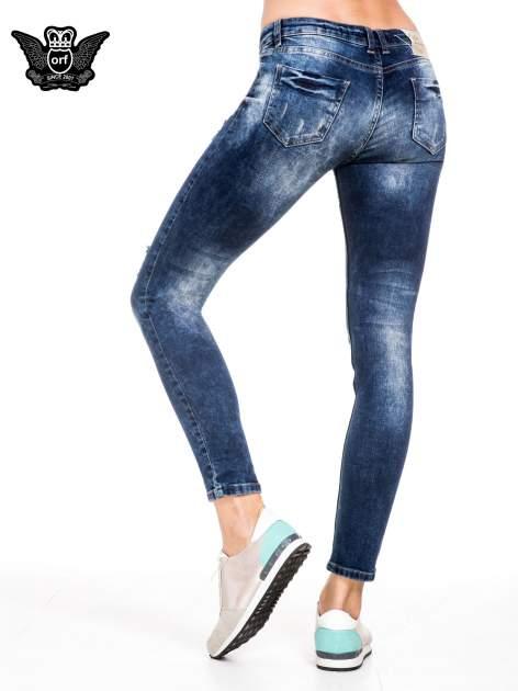 Niebieskie spodnie jeansowe rurki z lekkim dekatyzowaniem i przetarciami                                  zdj.                                  4