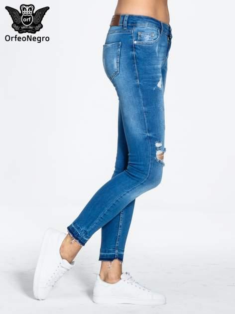 Niebieskie spodnie jeansowe skinny z dziurami na kolanach                                  zdj.                                  3