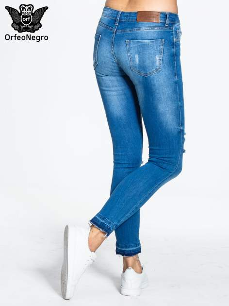 Niebieskie spodnie jeansowe skinny z dziurami na kolanach                                  zdj.                                  4