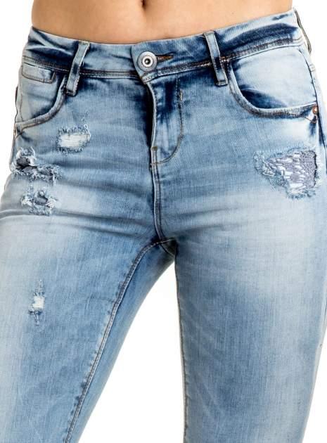 Niebieskie spodnie jeansowe skinny z dziurami na kolanach i haftem                                  zdj.                                  4