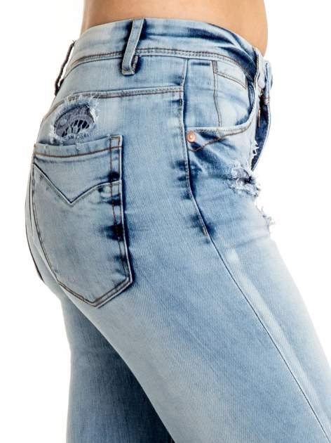 Niebieskie spodnie jeansowe skinny z dziurami na kolanach i haftem                                  zdj.                                  5