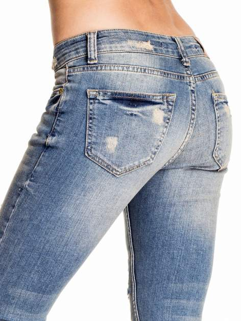 Niebieskie spodnie skinny jeans z koronkowymi łatami                                  zdj.                                  6