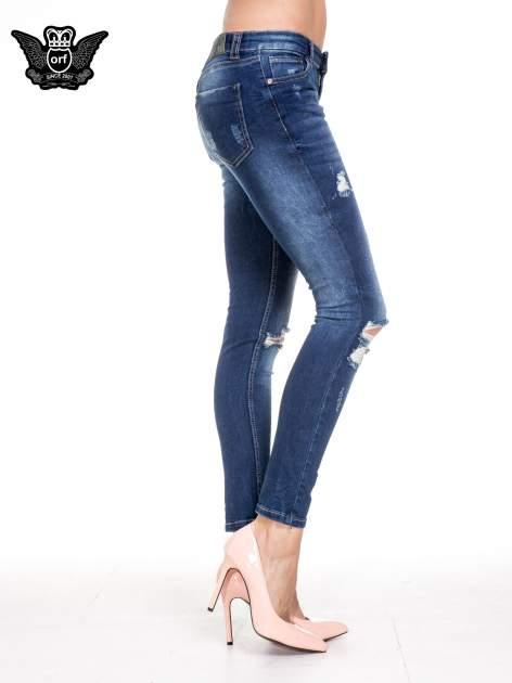 Niebieskie spodnie skinny jeans z rozdarciami na kolanach                                  zdj.                                  3