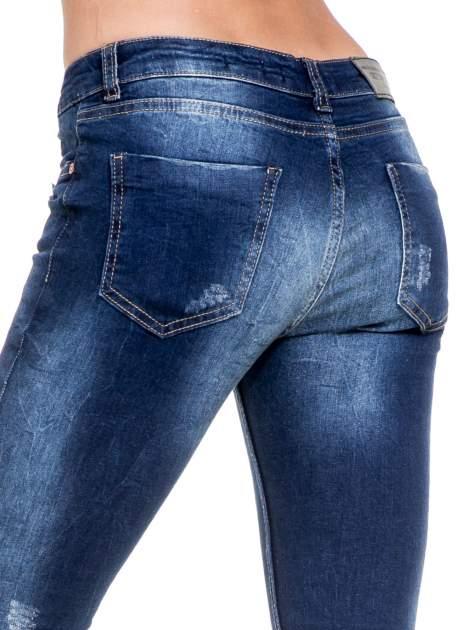 Niebieskie spodnie skinny jeans z rozdarciami na kolanach                                  zdj.                                  7
