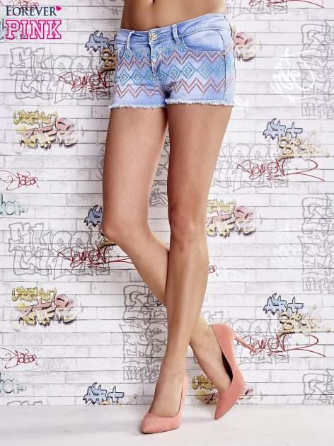 Niebieskie szorty jeansowe w azteckie wzory                                  zdj.                                  2