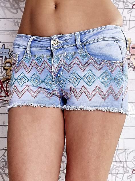 Niebieskie szorty jeansowe w azteckie wzory                                  zdj.                                  1