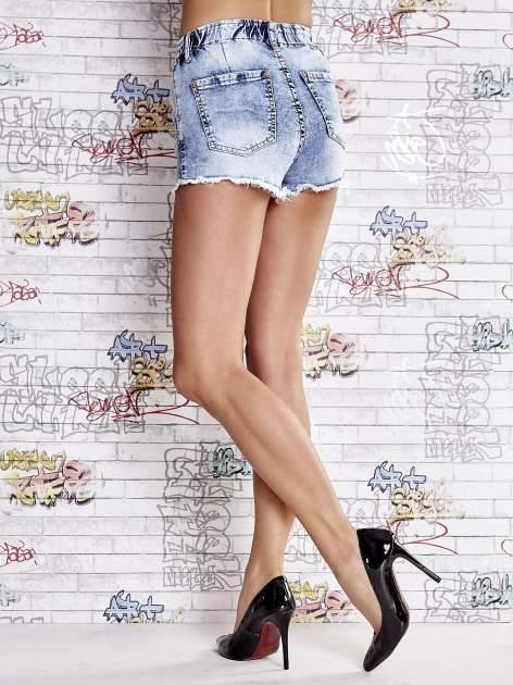 Niebieskie szorty jeansowe z postrzępioną nogawką                                  zdj.                                  4