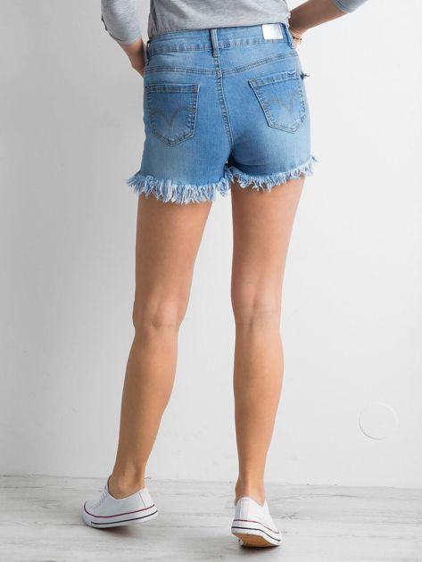 Niebieskie szorty z wystrzępionymi nogawkami                              zdj.                              2