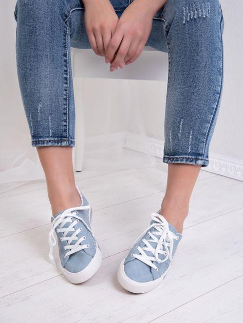 Niebieskie tenisówki Kylie z mieniącymi się tłoczonymi gwiazdkami i brokatową podeszwą                               zdj.                              4