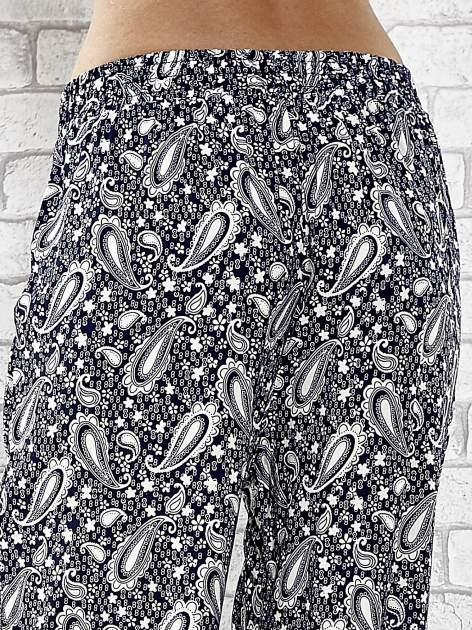 Niebieskie zwiewne spodnie alladynki we wzór paisely                                  zdj.                                  7