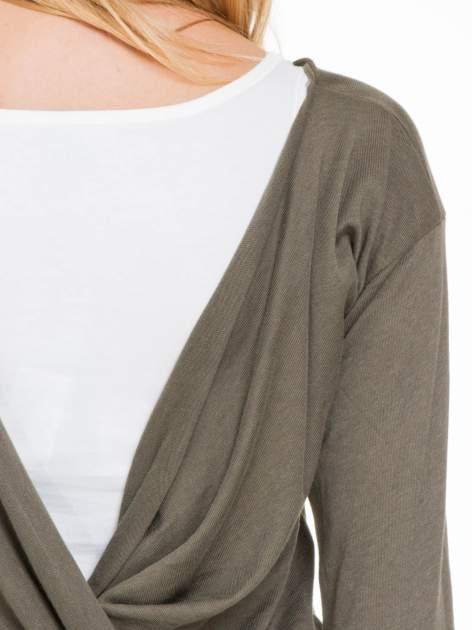 Oliwkowa bluzka z kopertowym dekoltem na plecach                                  zdj.                                  7
