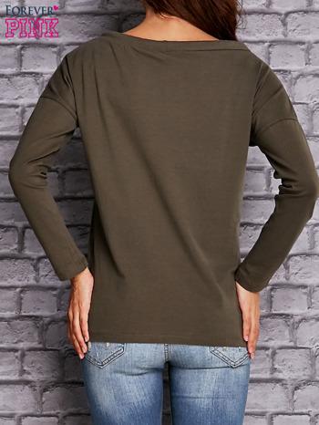 Oliwkowa bluzka z wiązaniem przy dekolcie i kieszenią                                  zdj.                                  4