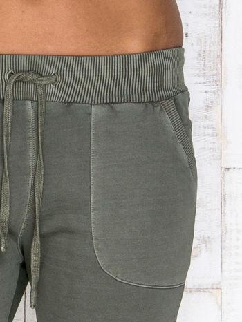 Oliwkowe spodnie dresowe z kieszeniami                                  zdj.                                  4