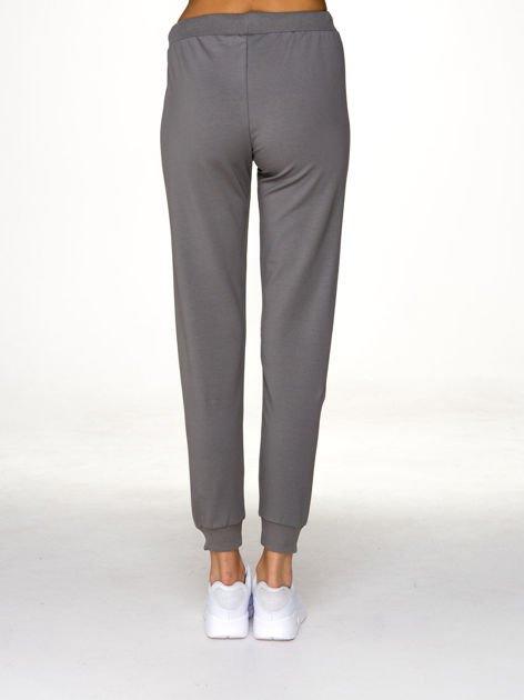 Oliwkowe spodnie dresowe z napisem BROOKLYN