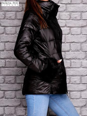 PATRIZIA PEPE Czarna kurtka z futrzanym wykończeniem rękawów                                  zdj.                                  2