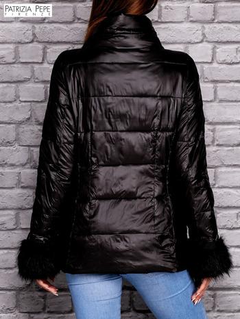 PATRIZIA PEPE Czarna kurtka z futrzanym wykończeniem rękawów                                  zdj.                                  3