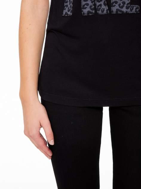 Panterkowy t-shirt z nadrukiem BORN FREE i koronkowymi rękawami                                  zdj.                                  7