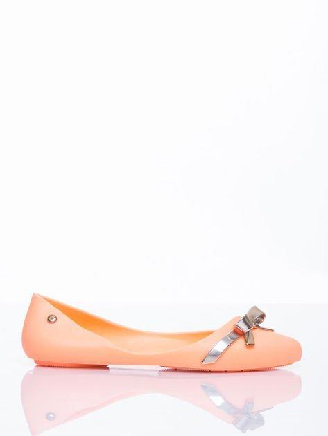 Pastelowopomarańczowe gumowe baleriny Wonder z metaliczną kokardką                                  zdj.                                  2