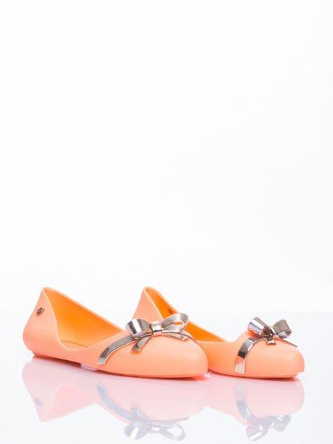 Pastelowopomarańczowe gumowe baleriny Wonder z metaliczną kokardką                                  zdj.                                  3